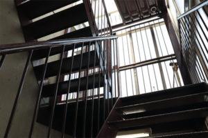 朝日稲荷神社までの非常階段